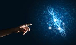 Wissenschaftsmedizin- und -technologiekonzepte als DNA-Molekül auf dunklem Hintergrund mit Verbindungslinien Stockfotografie