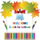 Wissenstagesschulglocke auf Weißbuch mit Herbstlaub und Bleistiften lizenzfreie abbildung