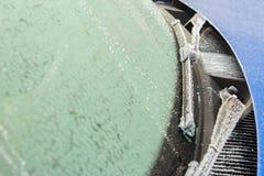 Wisserbladen en autoglas in vorst en sneeuw stock foto
