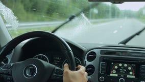 Wissers die vuil windscherm schoonmaken tijdens aandrijving stock footage