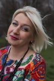 Wistful μέση ηλικίας τοποθέτηση γυναικών Στοκ εικόνες με δικαίωμα ελεύθερης χρήσης