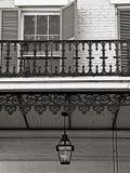 Wisząca Benzynowa lampa i Baloney w dzielnicie francuskiej B&W obraz stock