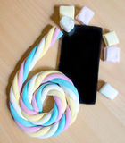 Wisząca ozdoba i długi marshmallow staczający się na 6 liczbach Fotografia Stock