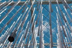 Wisząca Vertical grupa Srebna klingeryt drymba, niebieskie niebo w półdupkach i Zdjęcia Stock