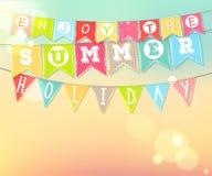 Wiszące kolorowe flaga z inskrypcją: Cieszy się wakacje letni Fotografia Royalty Free