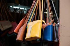 Wiszące rzemienne torebki dla sprzedaży Obraz Royalty Free