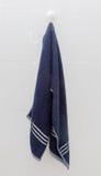 Wiszący Błękitny ręcznik przy zasysającym filiżanka haczykiem Fotografia Stock