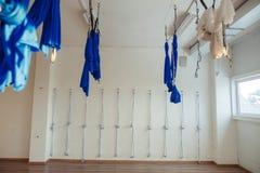 Wiszący hamaki w gym dla powietrzny spoważnienia joga fotografia royalty free