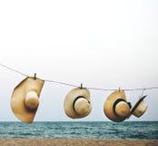 Wiszący kapelusz plaży linii brzegowej pojęcie obraz royalty free