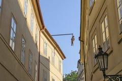 Wiszący mężczyzna, Sigmund Freud wiszący intelektualista Uliczny Husova w Praga Zdjęcie Royalty Free