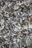 Wiszący mali złociści dzwony dla szczęścia w Wacie Pongarkad, Chachoengsao, Tajlandia Fotografia Royalty Free