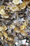 Wiszący mali złociści dzwony dla szczęścia w Wacie Pongarkad, Chachoengsao, Tajlandia Zdjęcia Stock