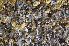 Wiszący mali złociści dzwony dla szczęścia w Wacie Pongarkad, Chachoengsao, Tajlandia Obraz Stock