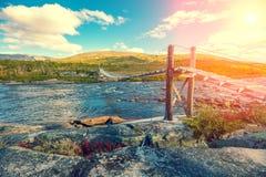 Wiszący most nad halną rzeką zdjęcie royalty free