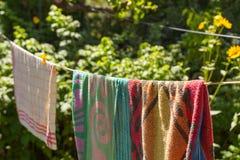 Wiszący ręczniki w ogródzie na linii Fotografia Stock