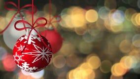 Wiszący wakacje Ornamentuje przędzalnictwo na Złotym Sparkly Zamazanym Świątecznym tle zbiory wideo