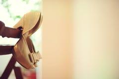 Wiszący złoci buty Fotografia Royalty Free