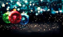 Wiszących Baubles Błękitnej gwiazdy Bożenarodzeniowa noc Bokeh Piękny 3D Obraz Royalty Free