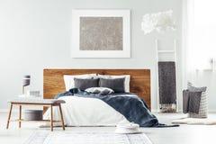 Wit bed in slaapkamerbinnenland royalty-vrije stock afbeeldingen
