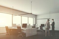 Wit bedrijfbureau, de mensen van het computers zijaanzicht Stock Afbeelding