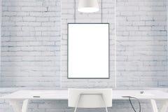 Wit binnenland met lijst, stoel, bakstenen muur en leeg beeld F Royalty-vrije Stock Afbeelding