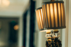 Wit binnenland met staande lamp stock foto's