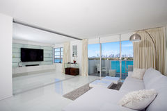 Wit Binnenlands Flatgebouw met koopflats Royalty-vrije Stock Foto