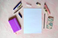 Wit blad van document, pennen, potlood, nonebook op het bureau stock foto's