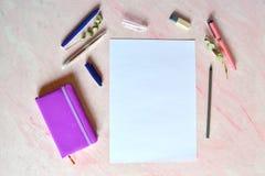 Wit blad van document, pennen, potlood, nonebook op het bureau stock afbeeldingen