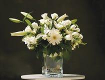 Wit bloemboeket in vaas Stock Afbeeldingen