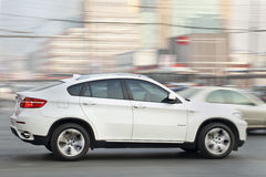 Wit BMW X6 in bezig stadscentrum, Peking, China Stock Afbeelding