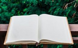 Wit boek in bloemtuin die achtergrond of behang gebruiken Stock Foto