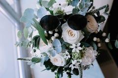 Wit boeket van bloemen die zich in een vaas op het venster bevinden royalty-vrije stock foto's