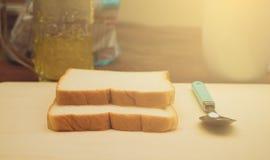 Wit brood of gesneden brood met de jam van het ananasfruit, Eenvoudig voedsel voor ontbijt Stock Foto's