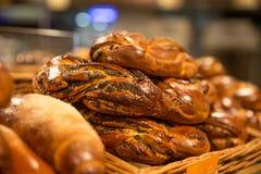 Wit brood met papaverzaden op de plank in de opslag stock afbeelding