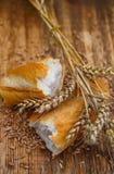 Wit brood met verse tarwe royalty-vrije stock afbeeldingen