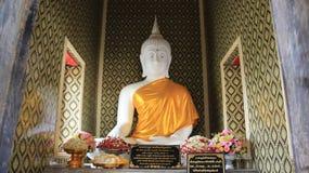 Wit Buddhas-Beeld met Gele Robe Stock Afbeeldingen