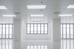 Wit bureau met vensterslicht Stock Foto
