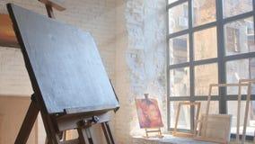 Wit canvas op houten schildersezel klaar om worden geschilderd stock videobeelden