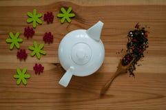 Wit ceramisch theepot en decor van bloemen op een houten achtergrond, concept feestelijke samenstelling, vrije ruimte voor tekst Royalty-vrije Stock Fotografie