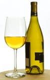Wit chardonnay wijnfles en glas Royalty-vrije Stock Afbeeldingen