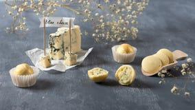 Wit Chocoladesuikergoed met schimmelkaas op grijze achtergrond Heerlijk suikergoed voor gastronomisch royalty-vrije stock foto