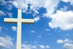 Wit Christelijk kruis voor een bewolkte hemel Stock Afbeelding