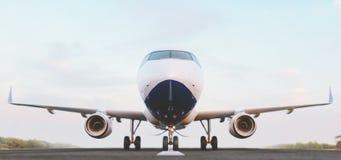 Wit commercieel vliegtuig die zich op de luchthavenbaan bij zonsondergang bevinden Het vooraanzicht van passagiersvliegtuig gaat  vector illustratie