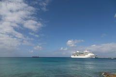 Wit Cruiseschip tussen Blauwe Hemel en Blauwe Baai Stock Foto