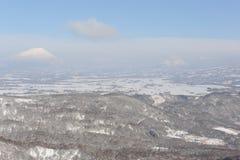 Wit de winterlandschap met een snow-covered vulkaan Stock Foto