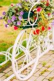 Wit Decoratief Fietsparkeren in Tuin Royalty-vrije Stock Foto's