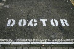 Wit die artsenteken in een weg wordt geschilderd stock afbeeldingen