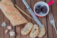 Wit die brood met zonnebloemzaden in stukken worden gesneden royalty-vrije stock foto's