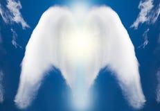 Wit die concept engel door wolken op hemel wordt gemaakt Stock Foto's